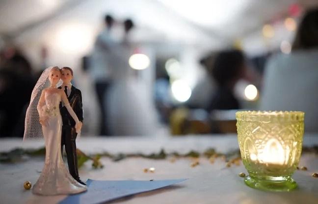 Des figurines représentant une mariée et son époux lors d'un mariage.