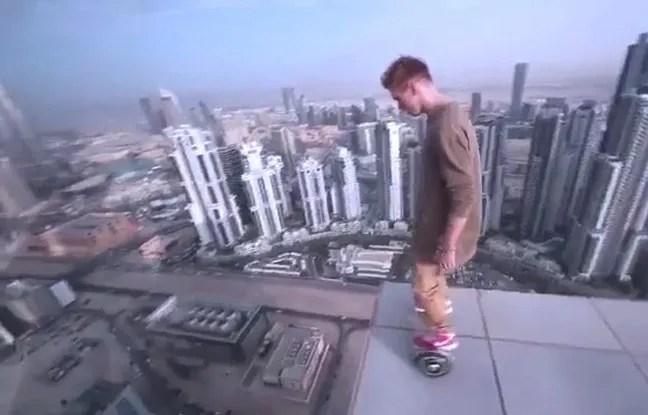 Le Russe Oleg Cricket sur son overboard, au dessus de Dubaï.