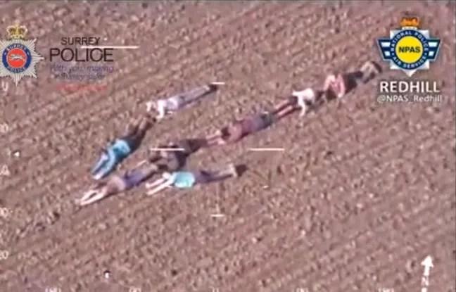 Les enfants ont formé une flèche humaine pour indiquer à l'hélicoptère de la police la direction dans laquelle deux suspects avaient fui.