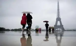 Des touristes au Trocadéro à Paris, le 21 mai dernier.