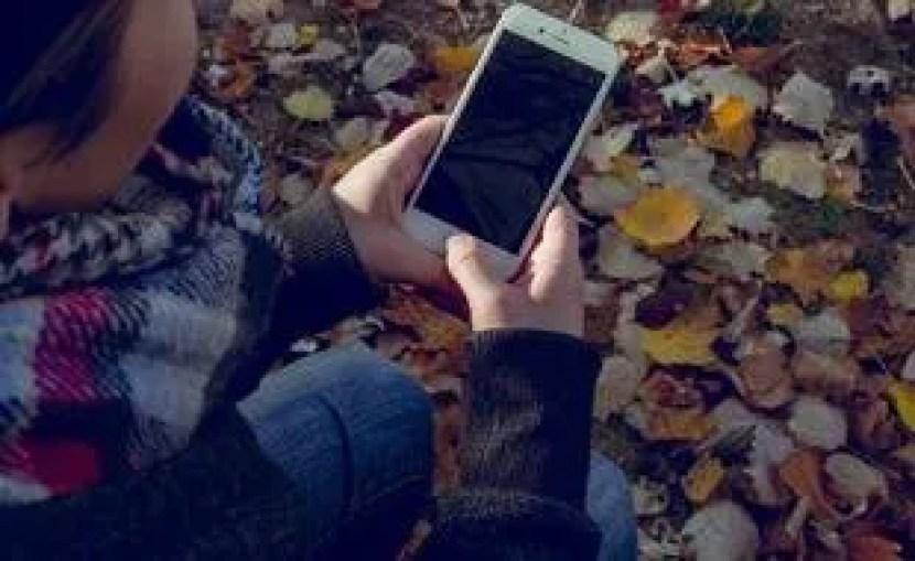Une adolescente consultant son smartphone