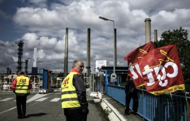 Des syndicalistes de la CGT le 24 mai 2016 à l'entrée de la raffinerie de Feyzin près de Lyon