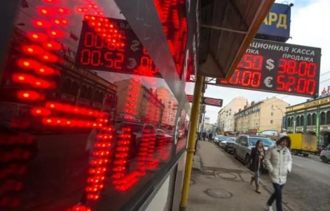 Devant un bureau de change à Moscou, le 3 mars 2014