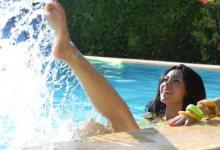 شاهد ميرهان حسين في حمام السباحة باحدث جلسة تصوير : مية البحر الزرقا بتخلينى أتنطط زى العيال
