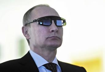 Putyin speciális szemüvegben járt az egyetem laboratóriumában (MIKHAIL KLIMENTYEV / RIA NOVOSTI / AFP)