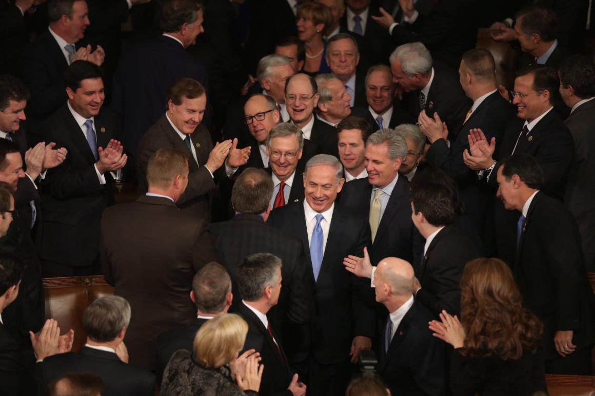 Benjamin Netanjahu amerikai törvényhozók gyűrűjében. Izrael keményen, a jelek szerint titkos hírszerzési értesüléseket megosztva lobbizott az iráni-amerikai atomalku ellen. Fotó: Chip Somodevilla / Getty Images News