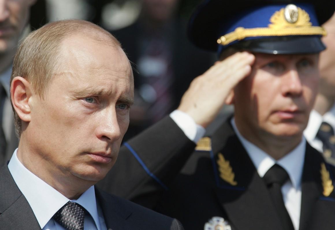 Vlagyimir Putyin és az állítólagos belügyminiszter-jelölt, Viktor Zolotov 2007-ben, a bécsi szovjet felszabadítási emlékműnél. AFP PHOTO / ALEXANDER NEMENOV