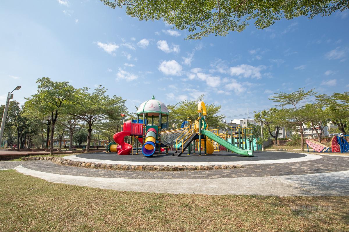 【台南親子廣場推薦】台南免費溜小孩的好地方推薦! 歸仁運動公園~多樣不同的溜滑梯! 可以玩很久阿~