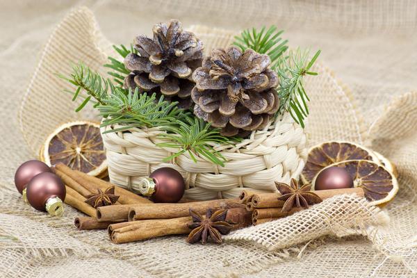 Современные венки делаются из еловых веток, украшаются цветами, елочными шариками, фруктами, орехами