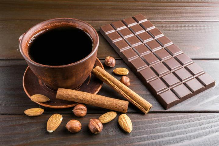 Вместо торта или пирожного - черный шоколад с орехами