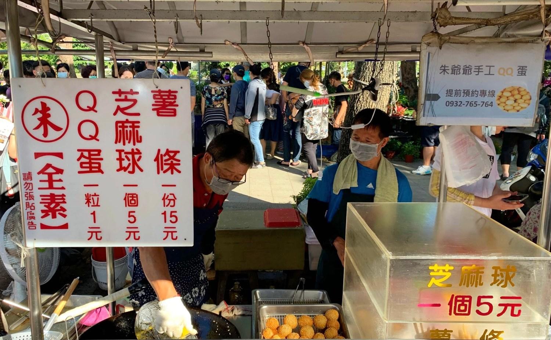 [高雄美食] 朱爺爺QQ蛋地瓜球 – 1粒只要1元~有超多人排隊的金黃色QQ蛋!