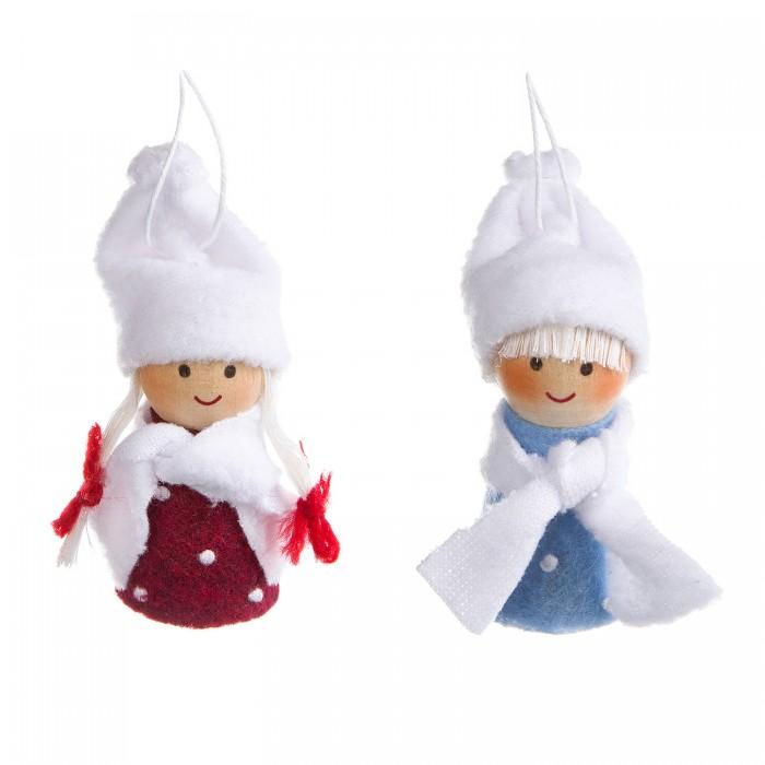 自分の手の人形とフェルトからの円形セットと縫製ボンドボンクリスマスツリーのおもちゃ