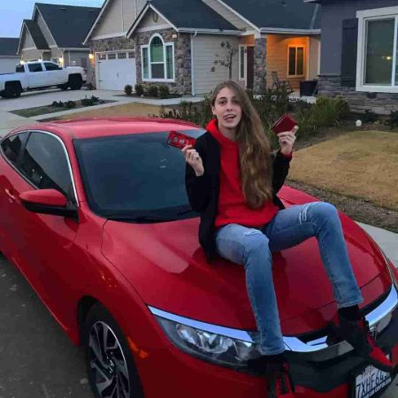 Isabellaon her car