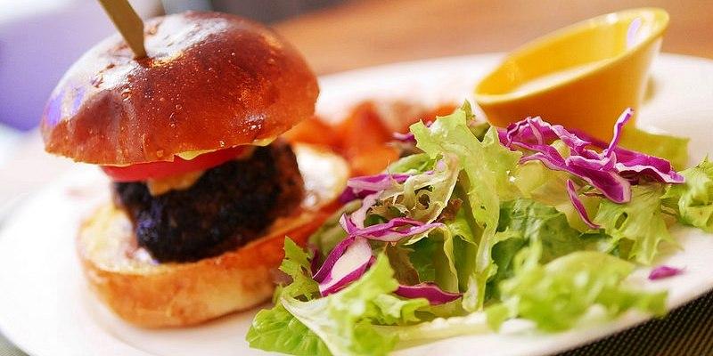 【台南美食】東區 Mmm Brunch & Gastropub ● 讓人讚不絕口的點頭美食 ● 香氣濃郁經典手工牛肉堡!❤❤