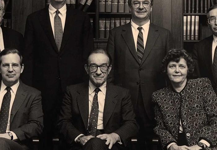 """Στο κέντρο ο πρώην διοικητής της Fed Alan Greenspan (φωτογραφία παρμένη από το σχετικό ντοκιμαντέρ """"Money For Nothing, Inside the Federal Reserve"""")."""