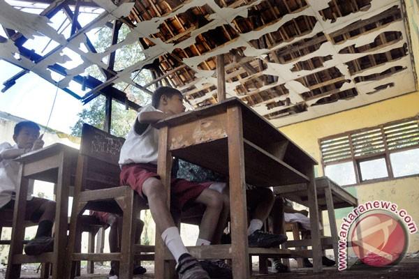 Hasil gambar untuk sekolah rusak