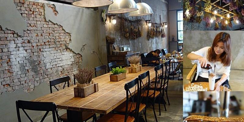 鹿港咖啡館LeeLi's   鹿港也有新潮輕食咖啡館,超美垂吊乾燥花!老巷弄裡工業風咖啡館。