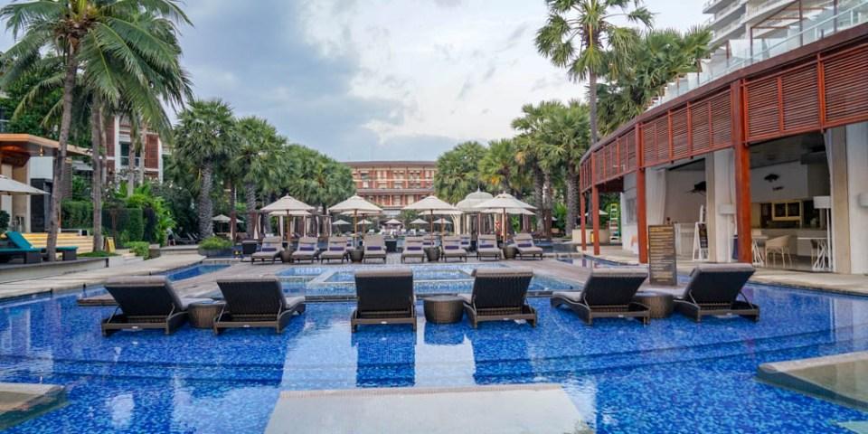 華欣洲際酒店Intercontinental Hua Hin Resort    泰國華欣渡假酒店推薦,早晨還可在海岸體驗佈施。