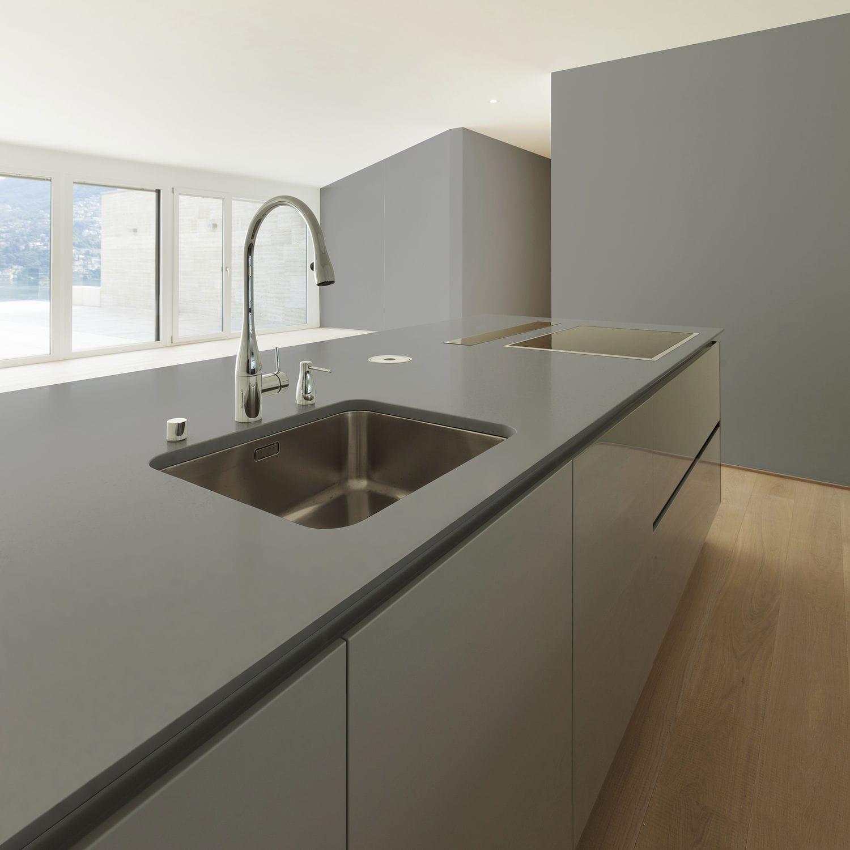 grey kitchen countertops rectangle table and chairs 复合材料厨房台面 厨房 灰色 korus cosentino