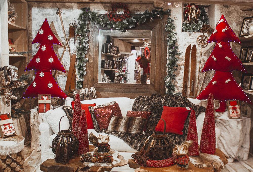 Se siete per il mondo natalizio dei piccoli aiutanti di babbo natale, decorate il letto con colori natalizi, soprattutto se è il fulcro del vostro piccolo regno. Fabric Sculpture Mx Home Commercial