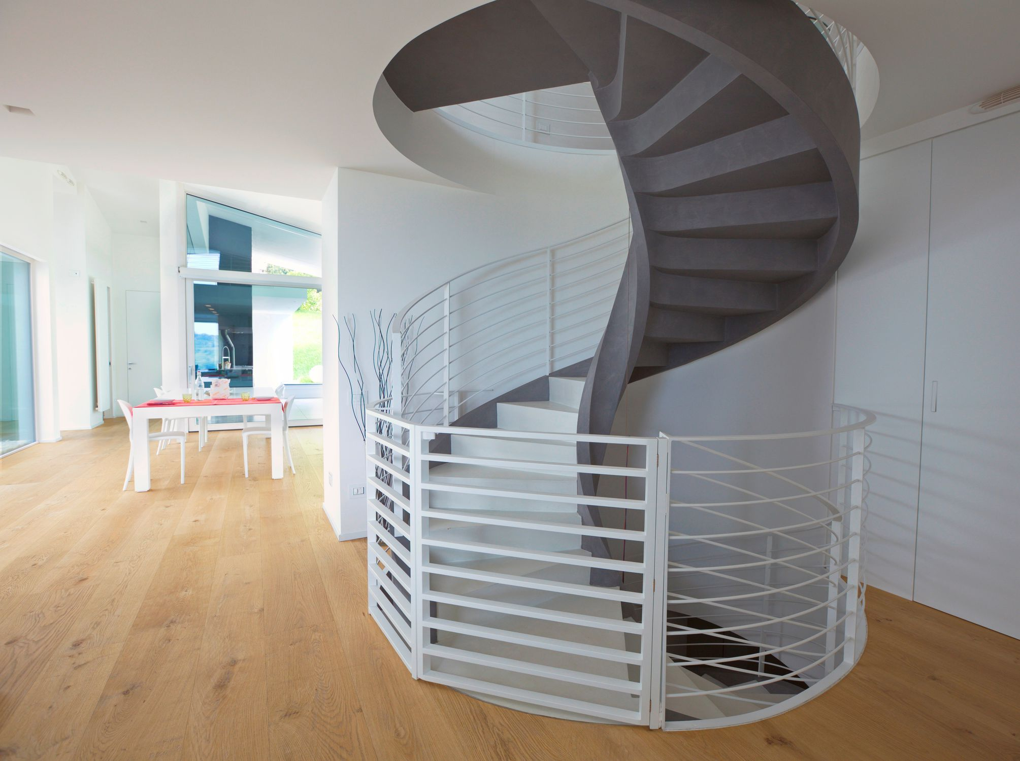 Spindeltreppe / Betonstruktur / Holzstufen / Mit Setzstufe - Eli Ca