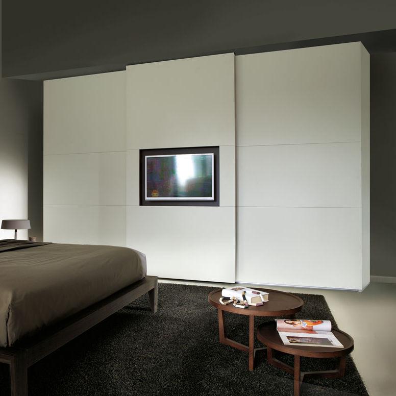 armoire contemporaine screen my tv mobilform en bois laque a porte coulissante avec ecran tv integre