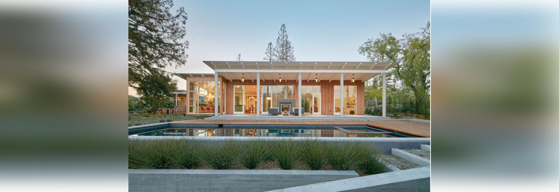 Cette Maison Moderne Plaquée Et Inclinée En Bois De Toit A été