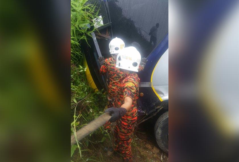Anggota Bomba dan Penyelamat membantu menyelamatkan penumpang yang terperangkap