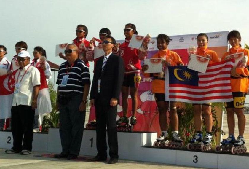 Pasukan in-line speed skating relay negara dapat gangsa pada Sukan SEA Palembang 2011. Gambar - MARS.