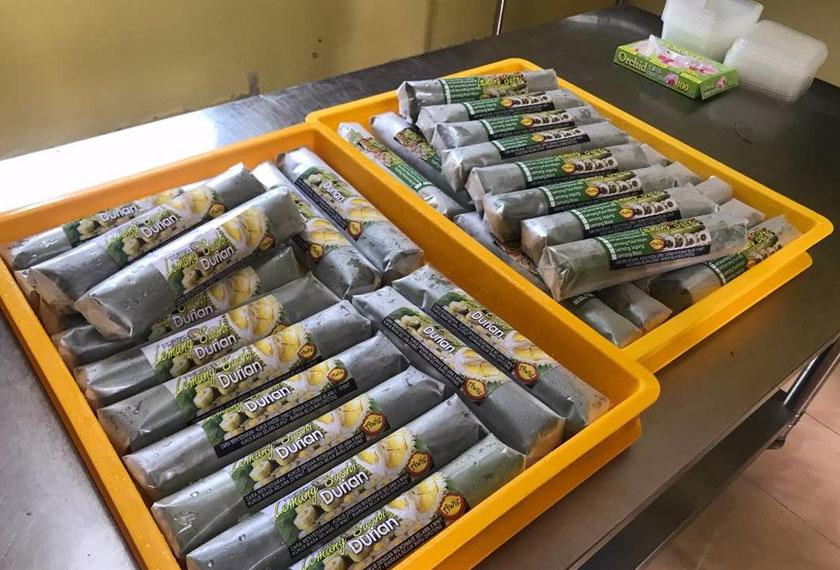 Lemang sushi yang bersaiz sembilan inci panjang ini dipasarkan pada harga RM18 hingga RM20 sebatang. Astro AWANI / SHUHADA KADIR