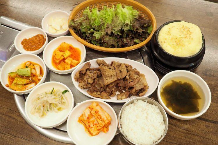 韓國首爾美食 ▌東大門歷史文化公園站:東大排骨王동대갈비왕 一個人也能吃烤肉《加小菲專欄》