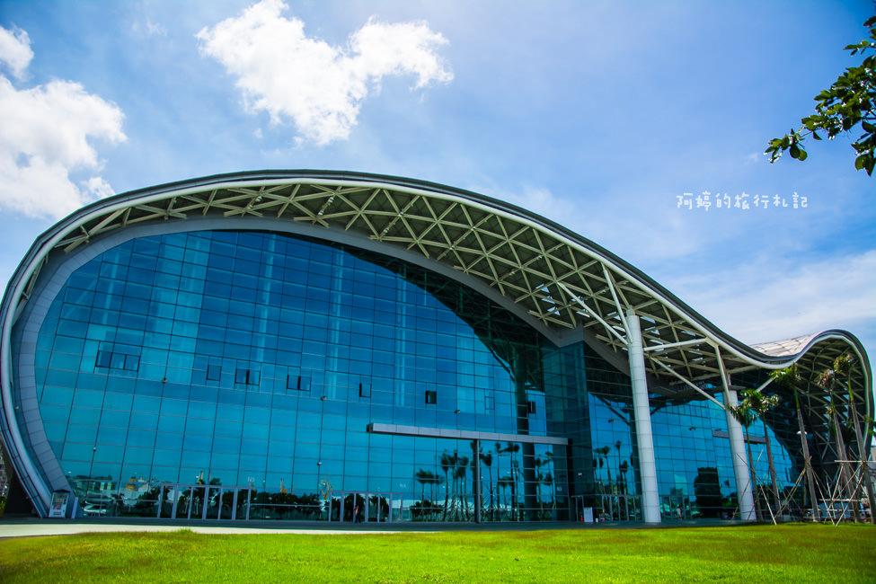 |高雄景點|高雄展覽館,特殊波浪式屋頂造型,是高雄港都的新地標之一