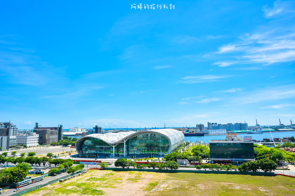  高雄景點 高雄展覽館。特殊波浪式屋頂造型。是高雄港都的新地標之一 - 阿婷的旅行札記。