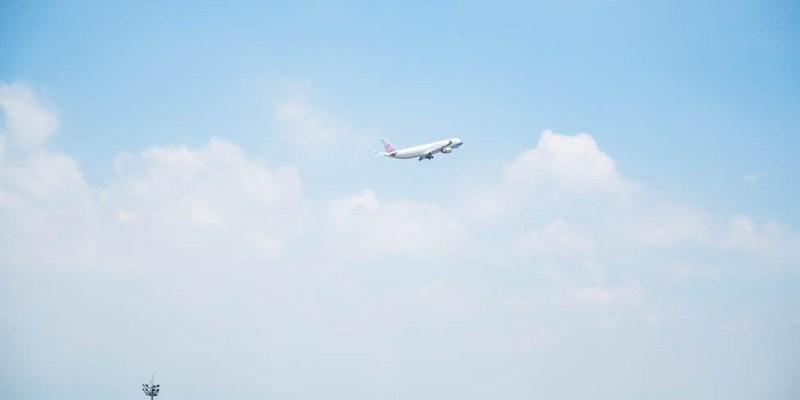  桃園景點 桃園機場第二航廈觀景台,南北兩側超近距離看飛機起降,全台最大飛機觀景台