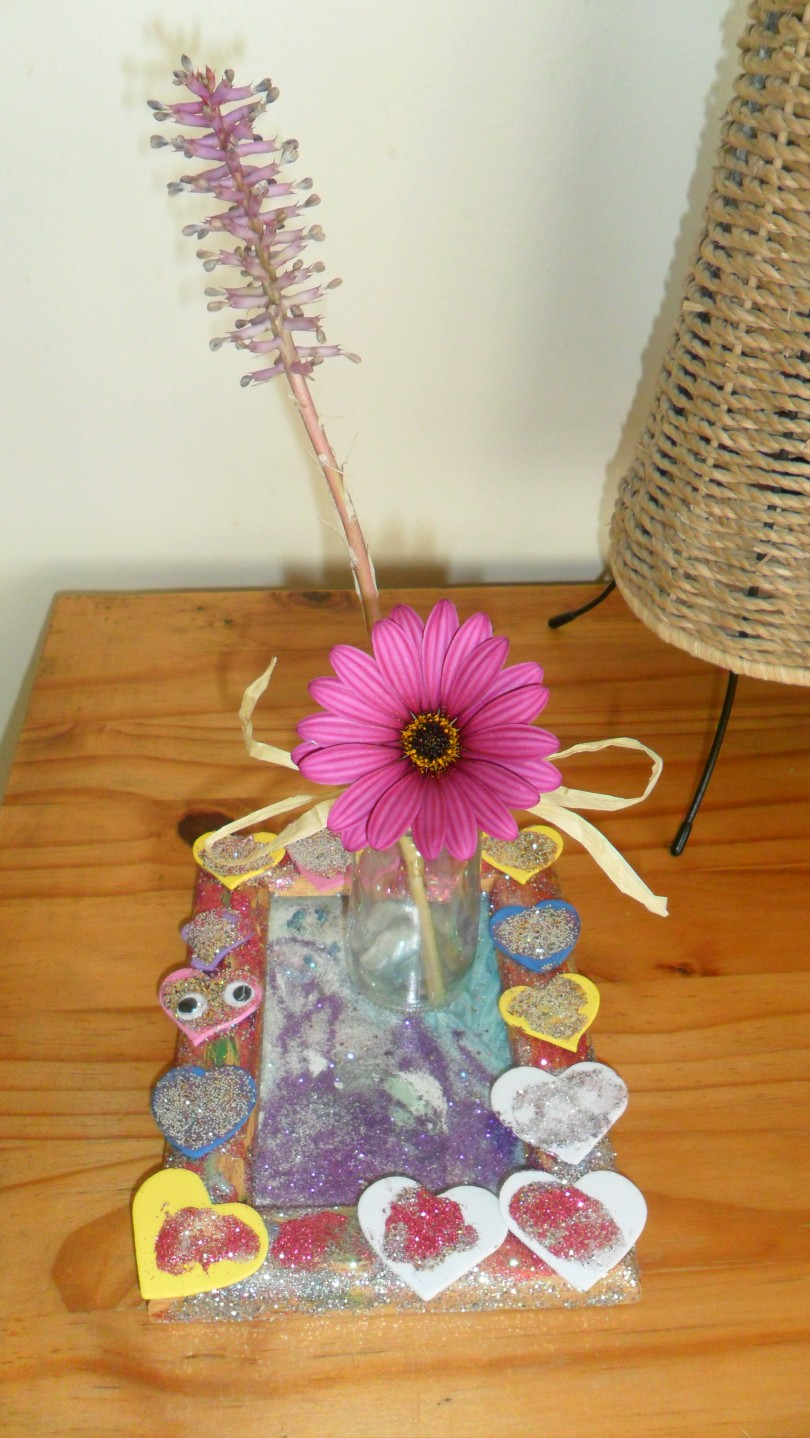 Make gifts the arty way - Do It Yourself tray and vase