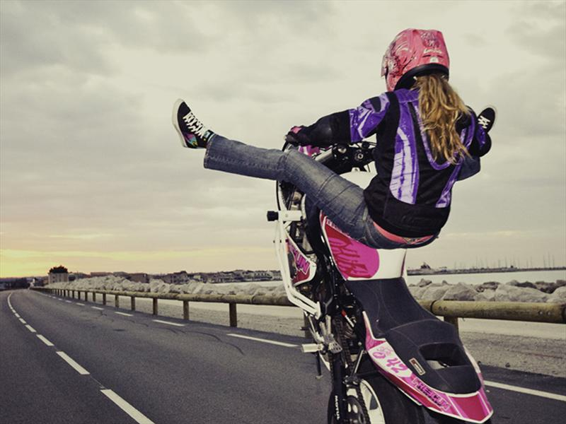 Supermoto Girl Wallpaper Leah Petersen Una Mujer Al Extremo Sobre Dos Ruedas