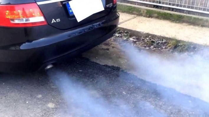 Olores que indican problemas en tu auto: Escape de autos