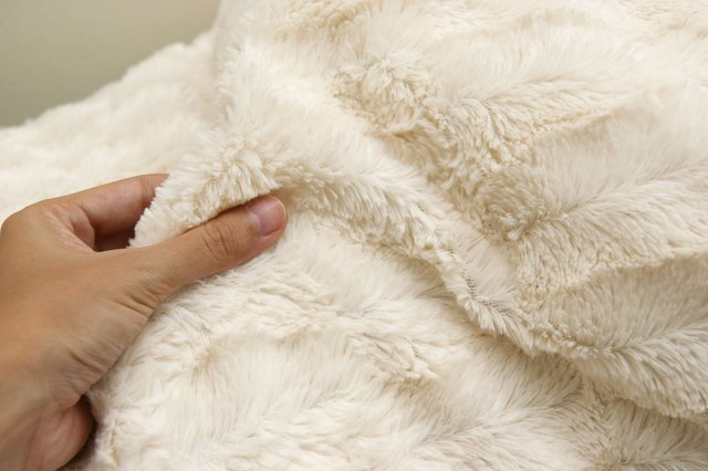 How to Remove a Smell From a Fleece Blanket with Pictures