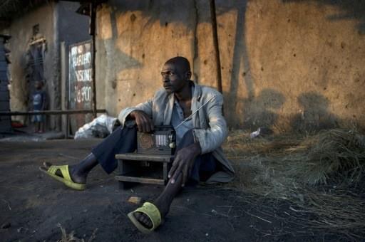https://i0.wp.com/img.aws.la-croix.com/2015/07/23/1337616/Un-homme-ecoute-informations-22-juillet-2015-Bujumbura-lendemain-elections-presidentielles-sont-tenues-Burundi_0_730_340.jpg
