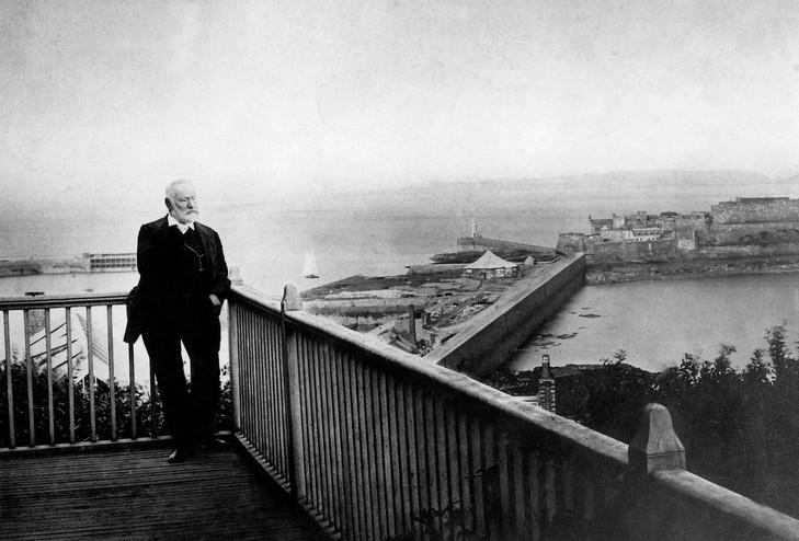 Victor Hugo sur la terrasse de Hauteville House, en 1868, lors de son exil sur l'île de Guernesey.