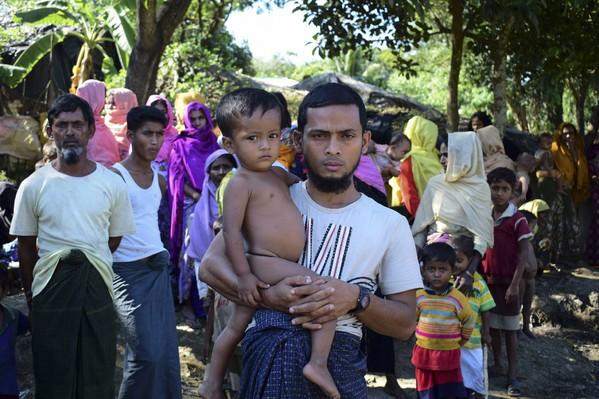 Mohammad Ayaz et son fils, seuls survivants d'une famille rohingya birmane, dans un camp de réfugiés à Ukhiya, au Bangladesh, le 24 novembre 2016 / AFP