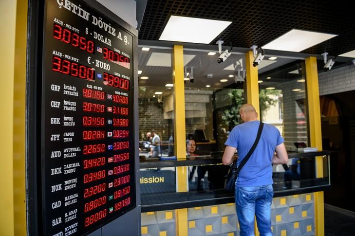 un homme dans un bureau de changes a istanboul le 21 juillet 2016 la bourse