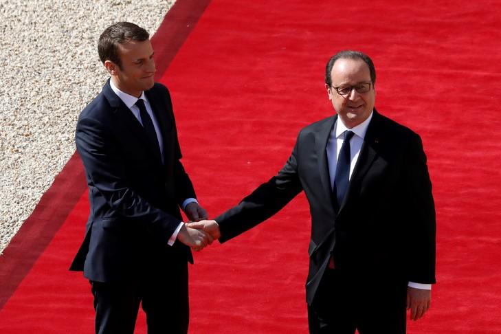 Le président sortant François Hollande (d) et son successeur Emmanuel Macron, le 14 mai 2017 à l'Elysée à Paris / POOL/AFP