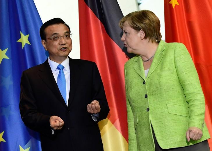 La chancelière allemande Angela Merkel et le Premier ministre chinois Li Keqiang à Berlin, le 1er juin 2017 / AFP