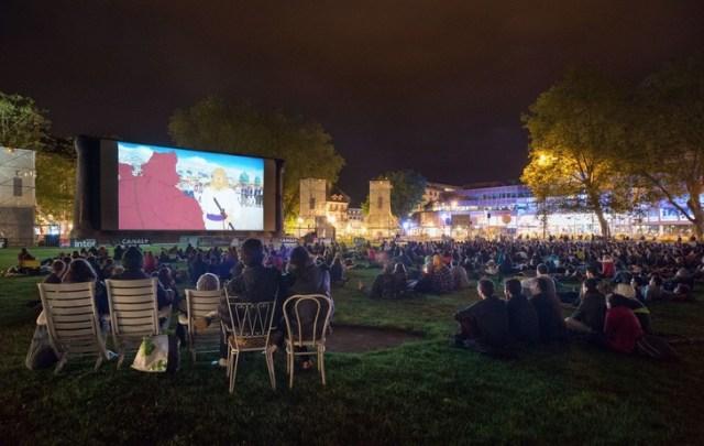 Projection de plein air pendant le festival d'Annecy.