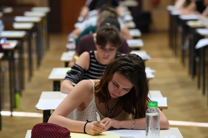 Les lycéens planchent sur l'épreuve de philosophie du baccalauréat au lycée Fustel de Coulanges de Strasbourg, le 15 juin 2017 / AFP