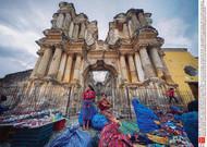 Au marché d'Antigua, les monuments portent les traces de la destruction du séisme ...