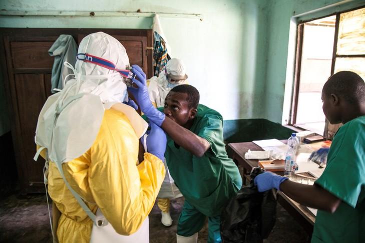 Des infirmiers se préparent a accueillir des patients à l'hôpital de Bikoro, RDC le 13 mai 2018.