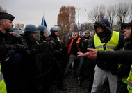Police forces against yellow vests, Saturday, November 24, on the Champs ...