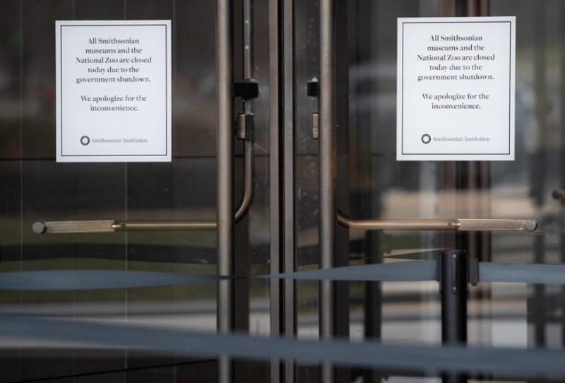 Des notices affichées sur les portes du musée national de l'histoire et de la culture afro-américaine informent de la fermeture de l'établissement en raison du 'shutdown'. Photo prise le 9 janvier 2019/AFP